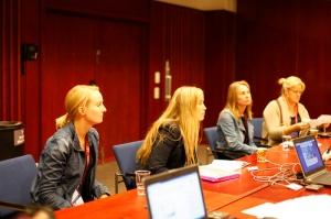 Kuvassa IFLA Expressin suomalaiset toimittajat ja kuvankäsittelijä. Vasemmalta Anna-Kaisa Hyrkkänen, Minna Marjamaa, Niina Holm ja Anu Holm. Kuva: Jonas Tana