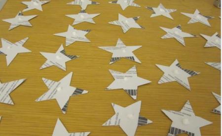 Tähtien kiinnitys hopeanauhaan sujui liukuhihnatyönä. Tippa liimaa kaikkiin tähtiin, nauha väliin ja tähdet vastakkain halutuille etäisyyksille toistaan. Lima-askartelussa tulee muistaa alustan suojaus ja itselle esiliina. :)
