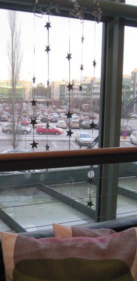 Kauniisti kimaltelevat tähtinauhat tuovat iloa urbaaniin työympäristöömme.