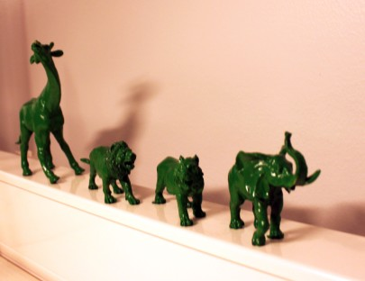 Kirpputorilta ostettuja muovieläimiä on maalattu spray-maalilla vihreäksi ja laitettu hyllyjen tyhjiin kohtiin (Leppävaaran teemaväri on vihreä).