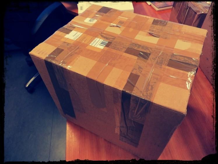 Arkipäiväinen isohko paketti täynnä kirjoja.