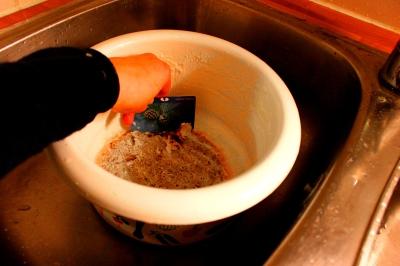 Maitopohjainen riisipuuro palaa helposti pohjaan. Jos näin käy, palanutta voi irrottaa pohjasta liotuksen jälkeen kirjastokortilla. Kokeile rohkeasti ja luovasti kirjastokorttia ruuanlaitossa, samalla pääset eroon monista keittiötyövälineistä!