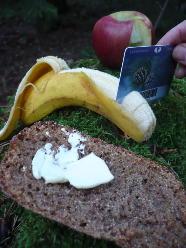 Retkiolosuhteet ja veitsi jäi kotiin? Kirjastokortilla pilkot hedelmät ja voitelet leivät.