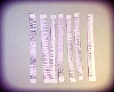 Leikkaa poistokirjan tai -lehden sivusta suikaleita.