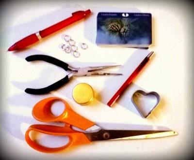 Tarvikkeet: glögipullon korkki tai piparimuotti, kirjastokortteja, renkaita, pihdit, kynä, sakset ja nahkapaska.