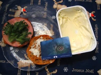 Jos nälkä yllättää jouluruokia tehdessä ja kaikki veitset ovat likaisina, kirjastokortilla saa levitettä leivälle. Kortti myös pysyy hyvin levite- ja tuorejuustorasioissa pystyssä.