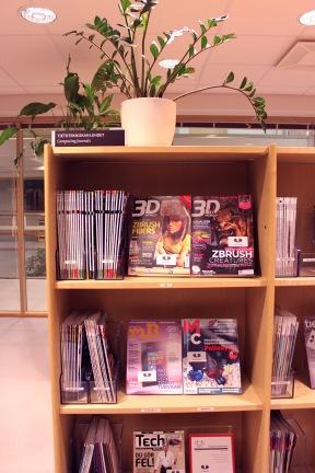 Elokuussa 2013 suuri osa vanhoista tilaavievistä lehtikaapeista purettiin ja tavallisiin avohyllyihin järjestettiin lähdet avoimesti hypisteltäviksi. Näin saatiin lehdet houkuttelevammin esille ja täynnä lehtikaappeja oleva huone muuhun käyttöön.