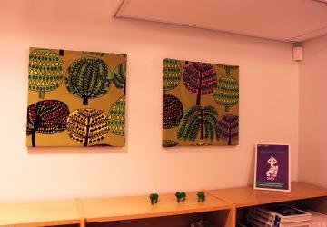 Päällystimme Marimekon kankaalla canvas-tauluja hiljaisen työskentelyn tiloihin rauhoittamaan tunnelmaa ja estämään äänen kaikumista.