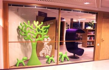 Tammikuussa 2014 saapui Eero Aarnion puu lehtisalin kuperaan kulmaan, joka näkyy ensimmäisenä asiakkaille heidän tullessaan palveluaulaan.