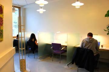 Vanhojen lehtikaappien tilalle rakennettiin hiljaisen työskentelyn tilaa, jota keväällä 2013 valmistuneessa opinnäytetyössä Leppävaaran campuksen tiloista kaivattiin kovasti.
