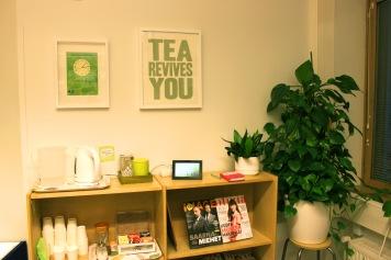 Kirjaston teehuone on hyvin yksinkertainen: vedenkeittimellä voi keittää itse vettä, kirjasto tarjoaa teepussit ja pikakahvia.