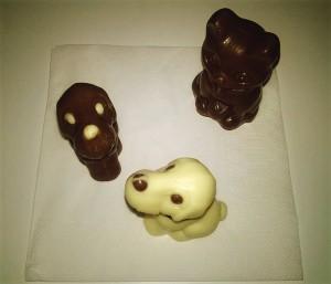 Ihmislapsille tarkoitettuja eläinsuklaita. Koirille on olemassa ihan omaa koiran suklaata ja kissoille muita herkkuja.